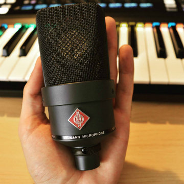 @red_barn_studio did an outdoor session with a Neumann U 87 mic